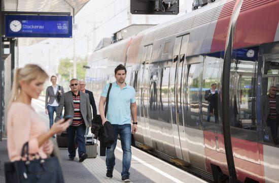 Zug am Bahngleis